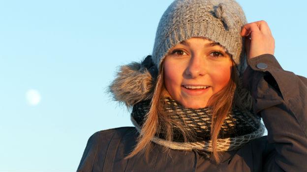 Junge Frau draussen im Winter.