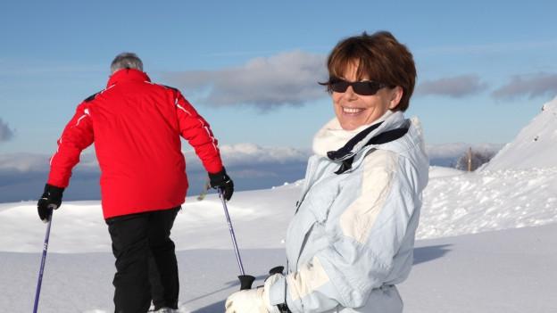Ältere Skifahrer auf der Piste.
