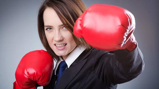 Ein Frau mit Boxhandschuhen.