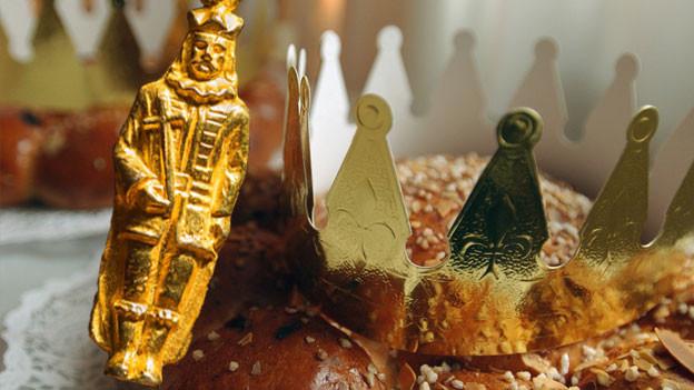 Königskuchen und goldiger König als Glücksbringer.
