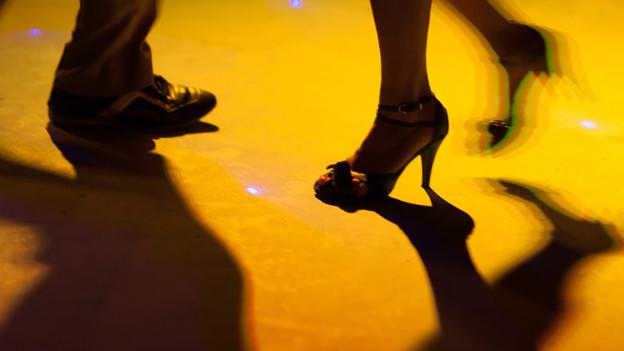 Beine auf der Tanzfläche.