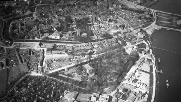 Luftbild einer Stadt am Wasser.