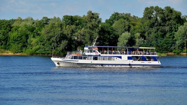 Schiff auf Fluss.