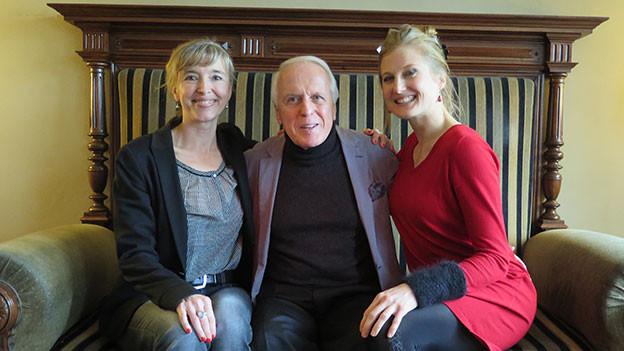 Anita Richner sitzt mit Walter Andreas Müller und Andrea Wick auf einem Sofa.