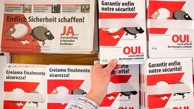 Das Werbematerial zeigt ein weisses Schaf, das ein schwarzes aus der Schweiz schickt.