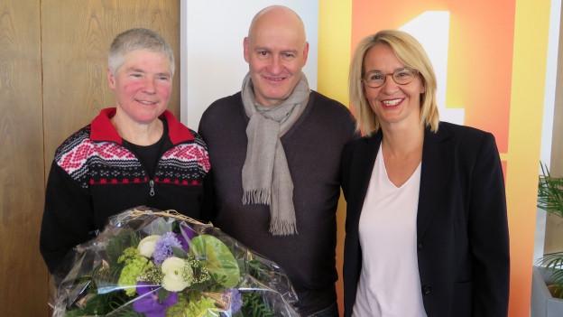 Sonja Hasler (rechts) mit den Gästen Vrena Crameri-Daeppen und Beat Caduff.