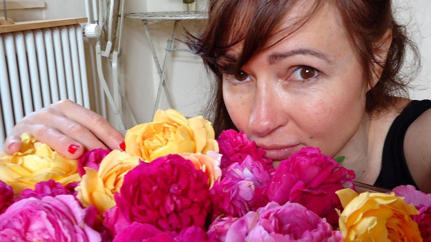 Lilo Meier mit Rosen.