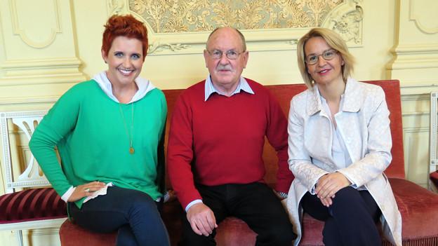 Steffi Buchli, Hans Schmidiger und Sonja Hasler sitzen nebeneinander.