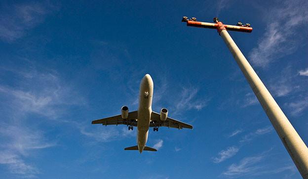 Flugzeug von unten.
