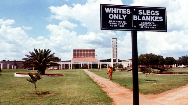 Ein Rassentrennungsschild vor einem südafrikanischen Kirchengelände
