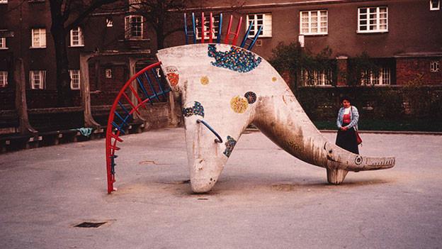 Spielplatz in Elefantenform in den 1950er-Jahren.