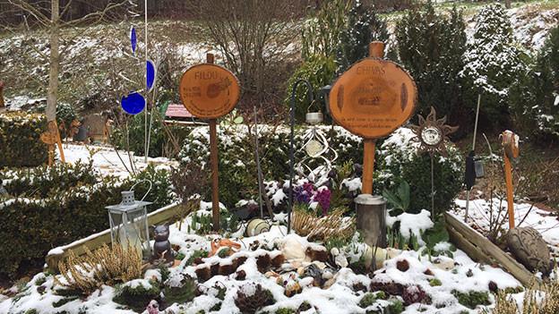 Tiergräber auf dem Tierfriedhof in Läufelfingen. Grabsteine aus Holz.