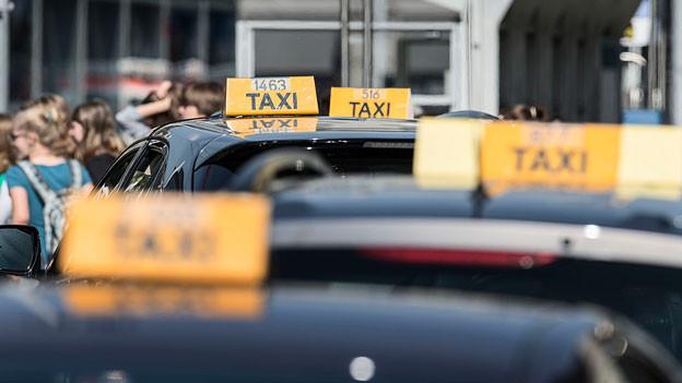 Taxis stehen hintereinander.