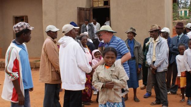 Pater Roman Zwick inmitten von Kirchgemeindemitgliedern in Madagaskar.