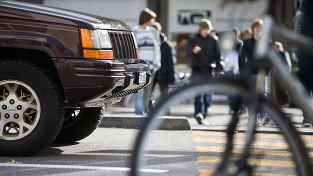 Offroader hält an einem Fussgängerstreifen in der Stadt.
