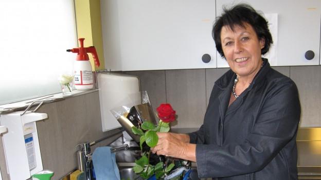 Doris Hochstrasser (61) lächelt in die Kamera.