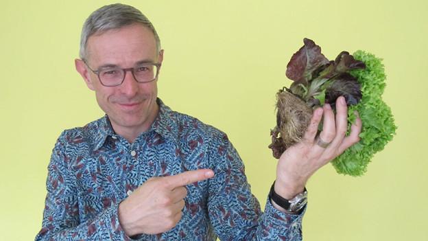 Dani Fohrler hält einen Living Salad in der Hand.