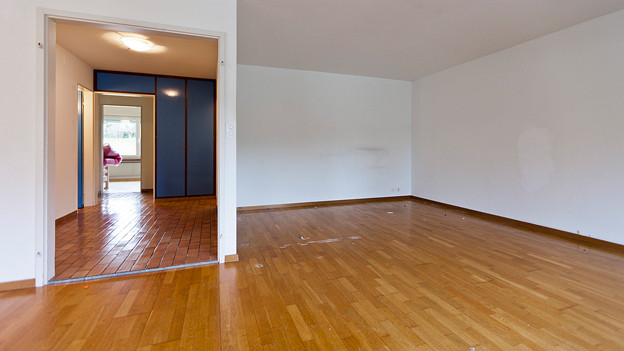 Blick in eine Wohnung mit Parkettboden.