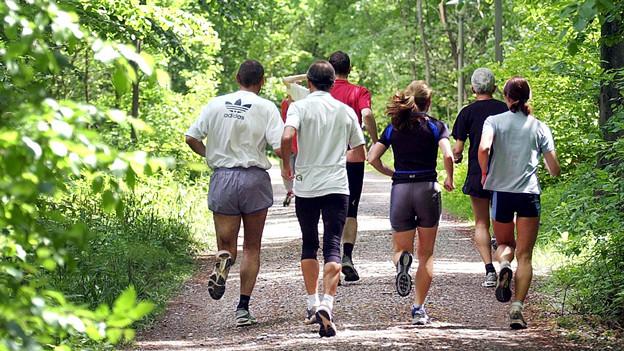 Jogger joggen im Wald.