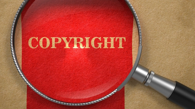 Eine Lupe vergrössert das Wort «copyright».