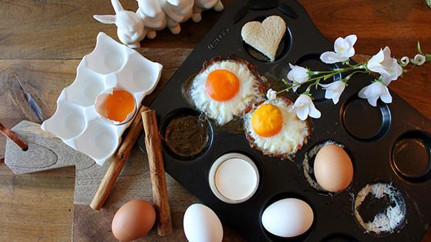 Eier und Kochformen.