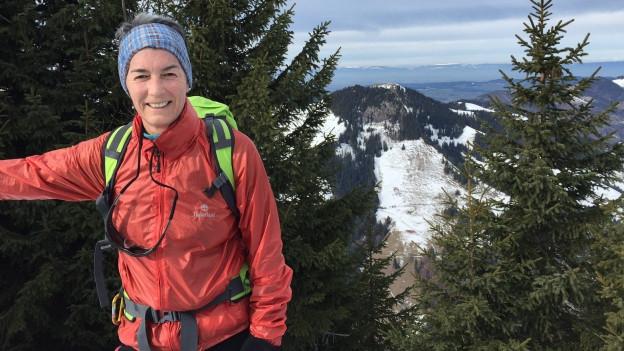 SAC-Präsidentin Françoise Jaquet posiert auf einer Bergtour.