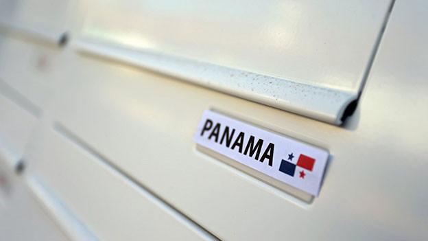 Briefkasten mit Namensschild. Darauf steht: «Panama»