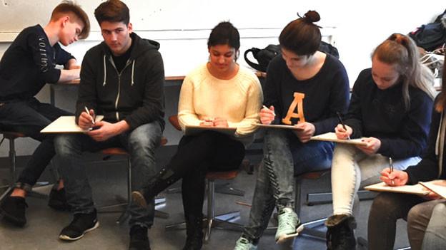 Volle Konzentration: Schüler und Schülerinnen der Bezirksschule Mellingen beim Dichten