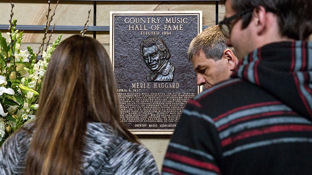 Fans versammeln sich nach dem Tod von Merle Haggard in der Music Hall of Fame in Nashville.