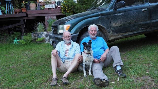 Fritz Oppliger sitzt mit seinem langjährigen Partner Simon Frech am Boden.