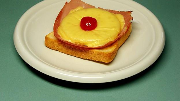 Toast Hawaii auf dem Teller.