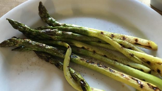 Grüne Spargeln auf einem Teller: