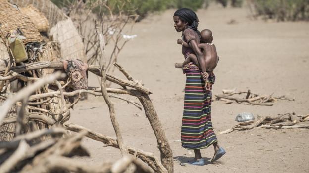 Eine Frau mit einem Kind in Aethiopien.
