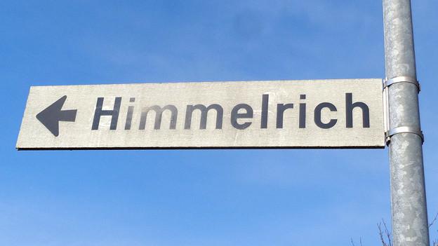 Auf einem Strassenschild steht «Himmelrich».