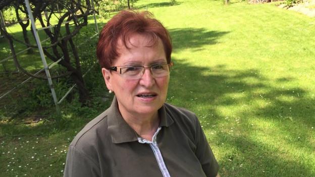 Suzanne Wolf sitzt in ihrem Garten in Pukersdorf bei Wien.