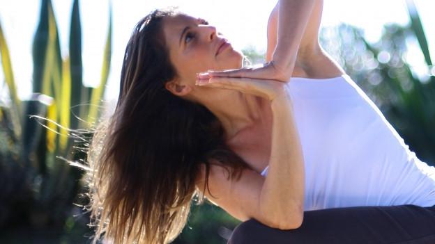 Diana Jost zeigt eine Bewegung im Yoga.