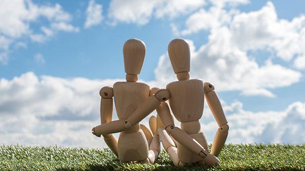 Zwei Holzfiguren als Liebespaar.