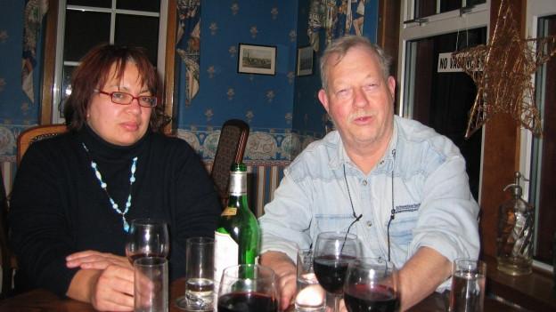 Bruno Baumgärtner sitzt mit seiner Frau im Esszimmer.