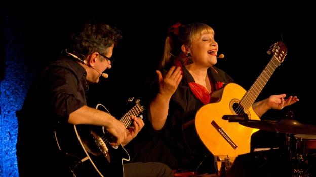 Dodo Hug und Efision Contini live auf der Bühne.