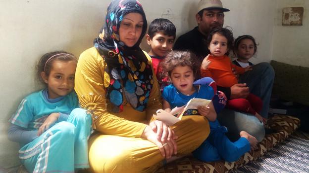 Nasser und Kafa mit fünf der sechs Kinder.
