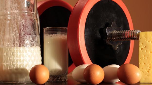 Die Proteine Milch, Eier, Käse und eine Hantel