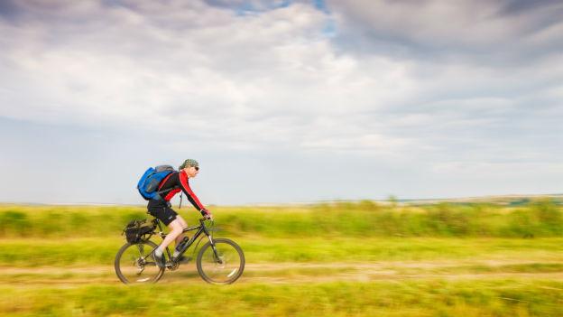 Mann auf den Fahrrad in Bewegung.