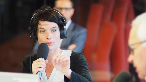Simone Hulliger begragt SRF-Direktor Ruedi Matter.