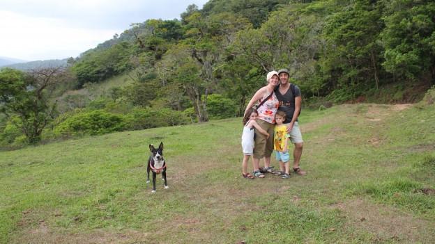 Michelle Stark posiert mit Familie und Hund.