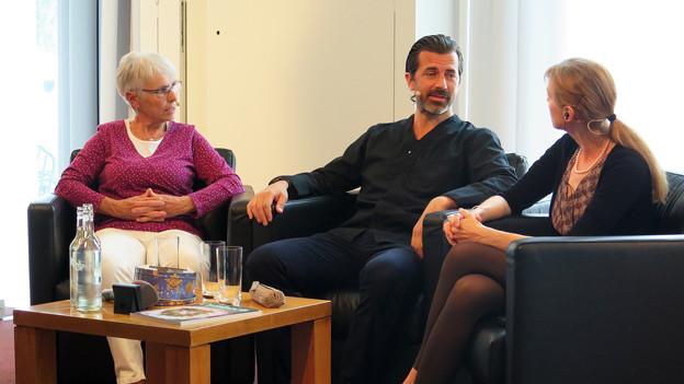 Die drei Gesprächsgäste sitzen in einer Runde.