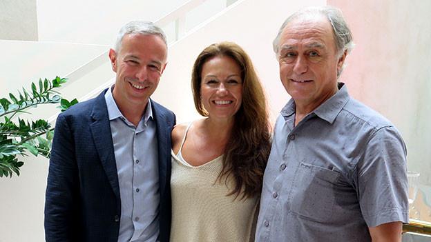 Dani Fohrler posiert mit seinen Gästen Karina Berger und Daniel Elber.