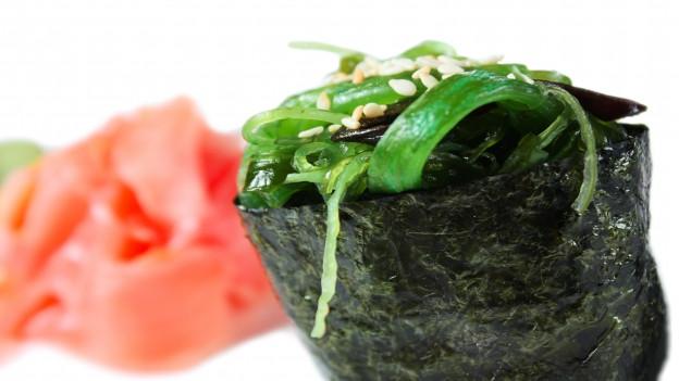 Sushi mit Algen umwickelt und Algengras