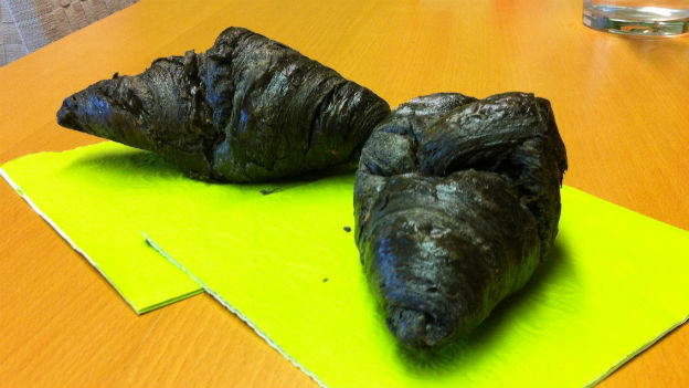Schwarze Croissants auf grünen Servietten