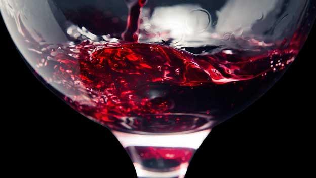 Ein gefülltes Rotweinglas.