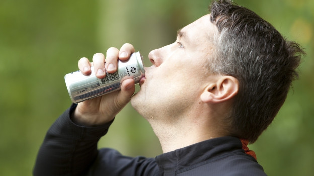 Mann trinkt Energydrink